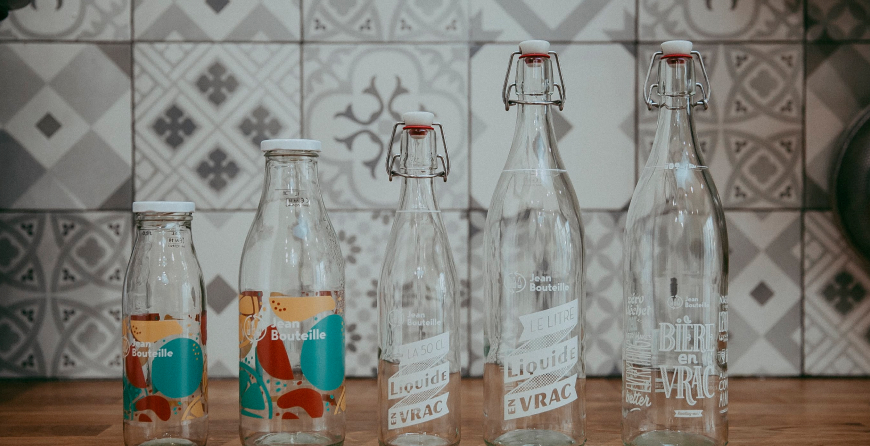 Rangée de Jean Bouteille en verre, contenants adaptés au vrac