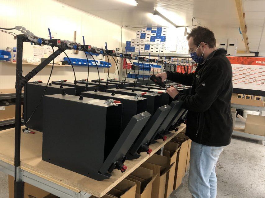 Guillaume membre de l'équipe Jean Bouteille assemble nos distributeurs vrac dans l'Atelier du Port de Lille.
