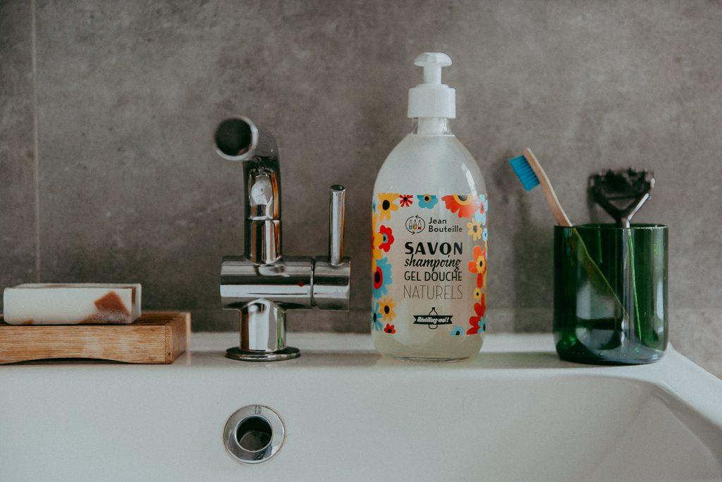 Des bouteilles en verre pour augmenter le réemploi de contenants de salle de bains