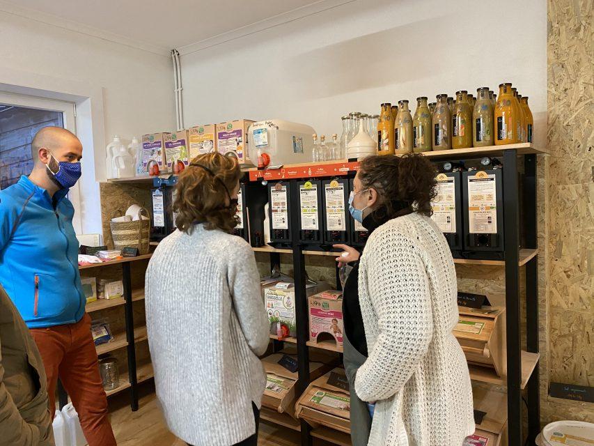 Un commercial Jean Bouteille et la responsable qualité échange avec la gérante de Family Vrac l'épicerie vrac à Leers