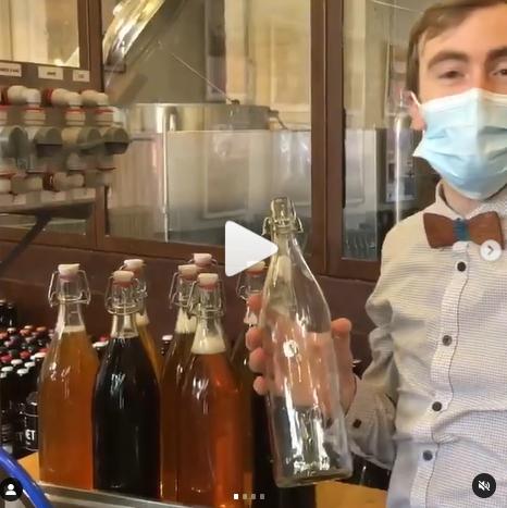 Mathieu de La Mousse Touch' propose grâce à la mini station de la bière pression à emporter dans des bouteilles consignées