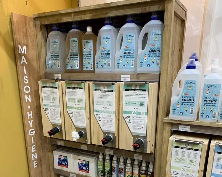 L'épicerie vrac Bio et vrac Caseus à Lyon propose un rayon vrac liquide Jean Bouteille pour les produits d'entretien