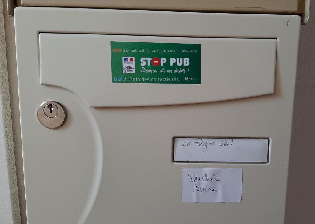 Le peigne vert a collé un sticker stop pub sur sa boite aux lettres pour réduire le gaspillage de papier